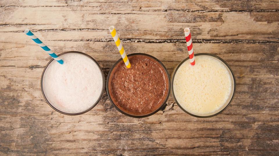 Trei pahare de shake-uri văzute de sus.